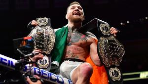 """Eddie Alvarez (detalhe vermelho nas luvas) vs. Conor """"The Notorious"""" McGregor (detalhe azul nas luvas) durate UFC 205 no Madison Square Garden."""