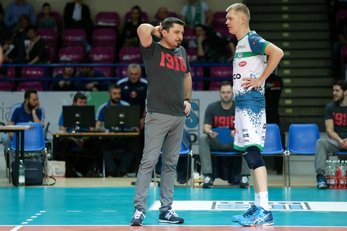 Jakub Bednaruk podczas rozmowy z Pawłem Zagumnym