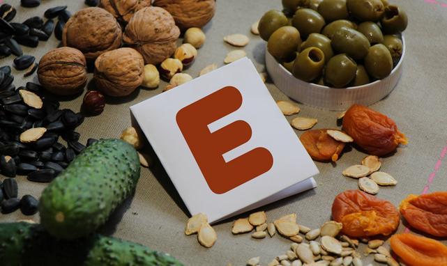 Witaminę E można znaleźć m.in. w tłuszczach roślinnych i orzechach