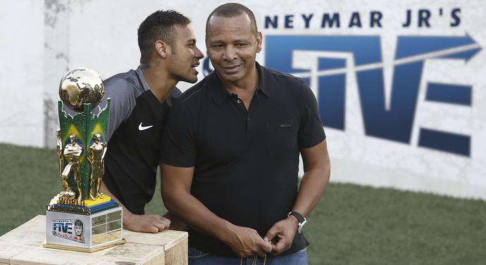 Neymarowie junior i senior z trofeum za zwycięstwo w Neymar Jr's Five.