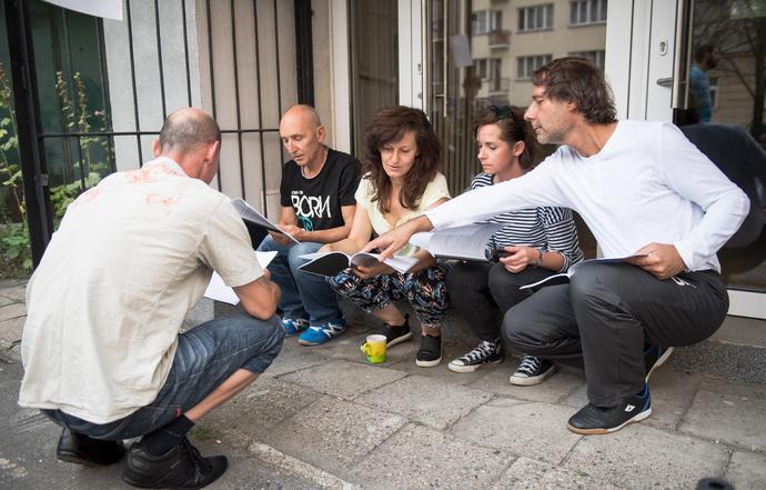 """Premiera sztuki """"Kibice"""" odbędzie się 11 września 2017 roku gościnnie w Nowym Teatrze na ulicy Madalińskiego 10/16 w Warszawie. Wstęp za zaproszeniem."""