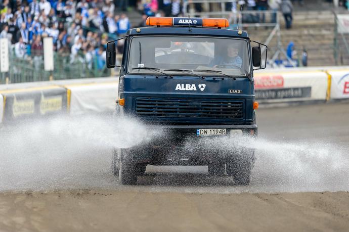 Nieodłącznym atrybutem każdego toromistrza jest nie tylko traktor, ale także polewaczka. Duża ilość wody jest niezbędna do zrobienia dobrego toru