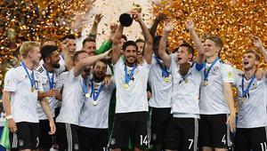 Niemieccy piłkarze z Pucharem Konfederacji