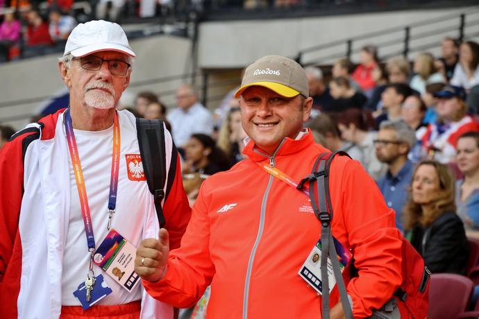 Zbigniew Lewkowicz jest trenerem i koordynatorem kadry paraolimpijskiej, 33-krotnym medalistą mistrzostw Polski niepełnosprawnych i został odznaczony Krzyżem Kawalerskim Orderu Odrodzenia Polski.
