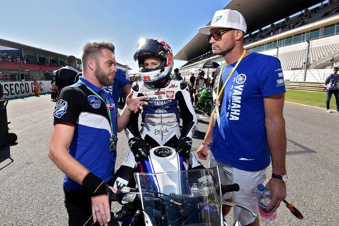 Joey Litjens (z lewej) udziela Blinowi ostatnich wskazówek przed wyścigiem na torze Portimao