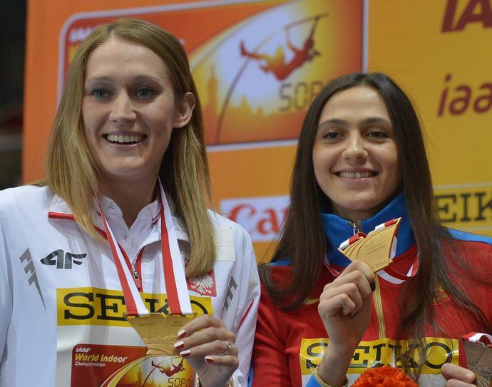 Po pierwszy globalny tytuł sięgnęła pod dachem Ergo Areny w Sopocie, gdzie zaakceptowała propozycję Kamili, by nie bić się w dogrywce o samodzielny złoty medal i obie zostały halowymi mistrzyniami świata ex aequo.