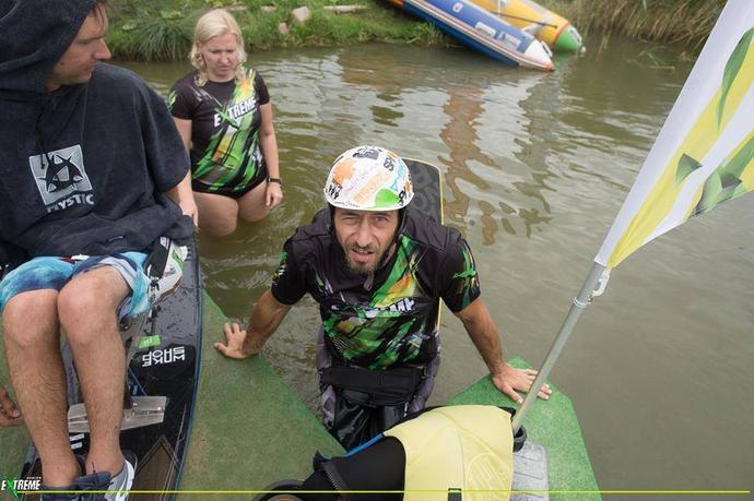 Francuskiemu wakeboardziście odrobiny szaleństwa zdecydowanie nie brakuje.