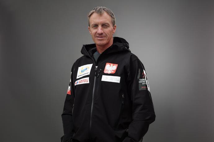 Denis Urubko złożył żonie dwie obietnice: że nigdy nie wsiądzie na motor i nie pójdzie na K2 – jedną z najtrudniejszych gór świata. Ale gdy dostał propozycję wzięcia udziału w wyprawie, druga z nich poszła w niepamięć
