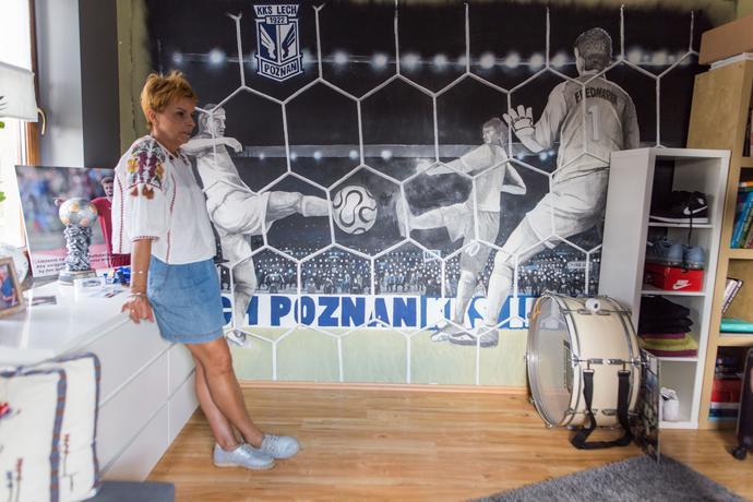 Jesteśmy w pokoju byłego piłkarza Lecha Poznań. Mimo że już nie występuje przy Bułgarskiej, wystrój pomieszczenia nie został zmieniony. Tam nadal króluje Lech!