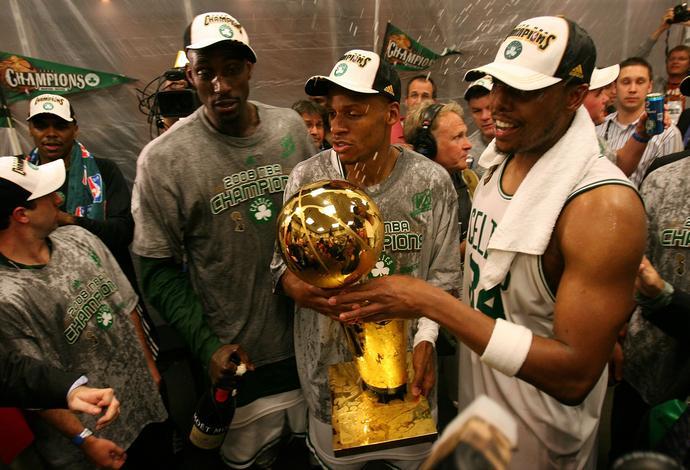"""Ray Allen (w środku) z Paulem Piercem (z prawej) i Kevinem Garnettem (z lewej) po zdobyciu mistrzostwa z Boston Celtics w 2008 roku. Obaj śmiertelnie obrazili się na Allena, gdy ten w 2012 roku """"zdradził"""" Celtics i przeszedł do ich rywala – Miami Heat."""