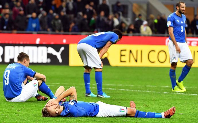 Piłkarze reprezentacji Włoch nie potrafili ukryć smutku po odpadnięciu w dwumeczu ze Szwedami
