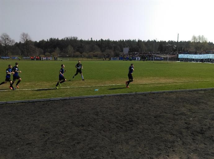 Wojciech Ruczyński całuje herb Zawiszy po strzelonym golu.