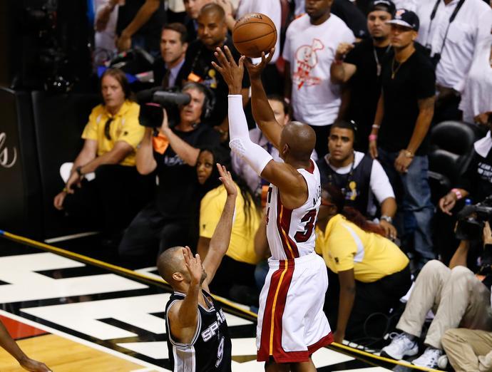 Ostatnie sekundy wspomnianego meczu numer 6 w finałach NBA w 2013 roku. Perfekcyjnie ułożona ręka Allena nie zadrżała przy wytrenowanym do maksimum rzucie za trzy