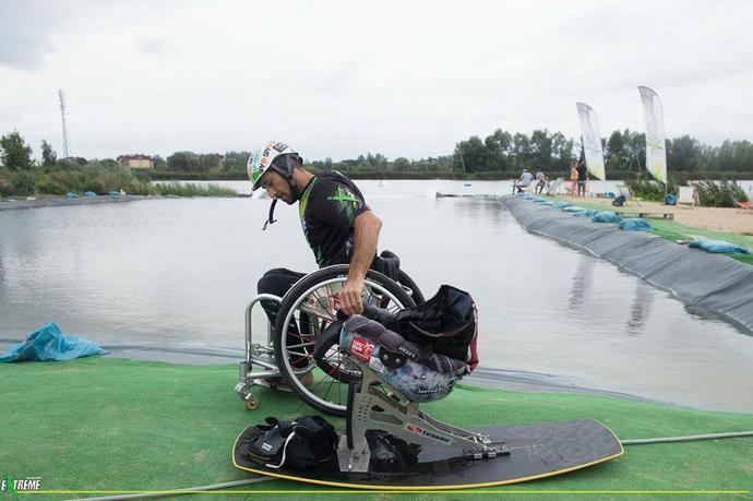 Francuz sam potrafi przenieść się z wózka na przystosowaną dla niego deskę.