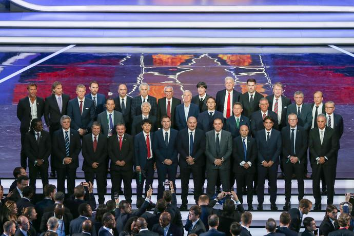 Pamiątkowe zdjęcie selekcjonerów w Pałacu Kremlowskim po losowaniu grup MŚ. Adam Nawałka pierwszy z prawej