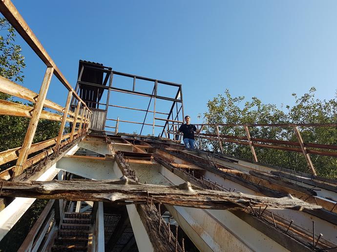 To nie jest skocznia w budowie, tylko w ruinie. Brakuje desek, schodów, wystają śruby i zardzewiałe pręty. Ale wchodzą, ryzykują. Dla tego jednego zdjęcia i wspomnienia.