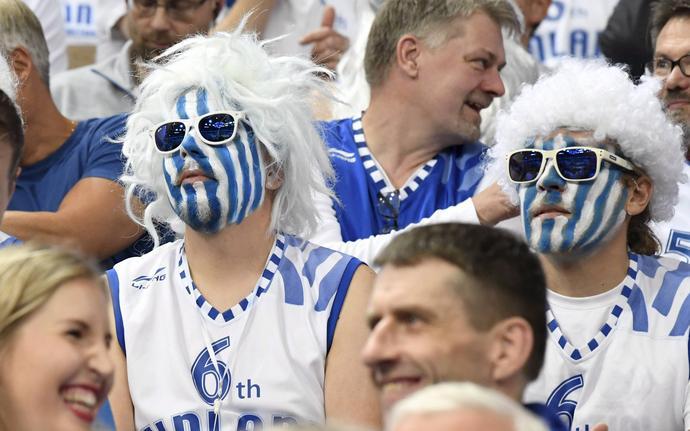 Fińscy kibice w spokoju przyglądają się grze swojej narodowej drużyny.