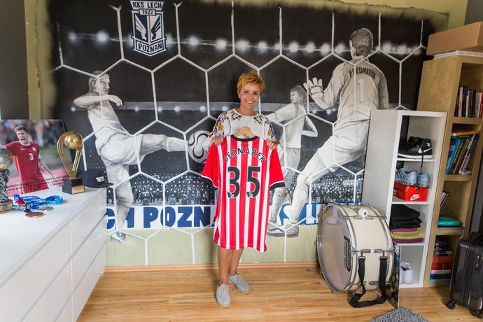 Mama piłkarza prezentuje koszulkę nowego klubu syna – Southampton FC.