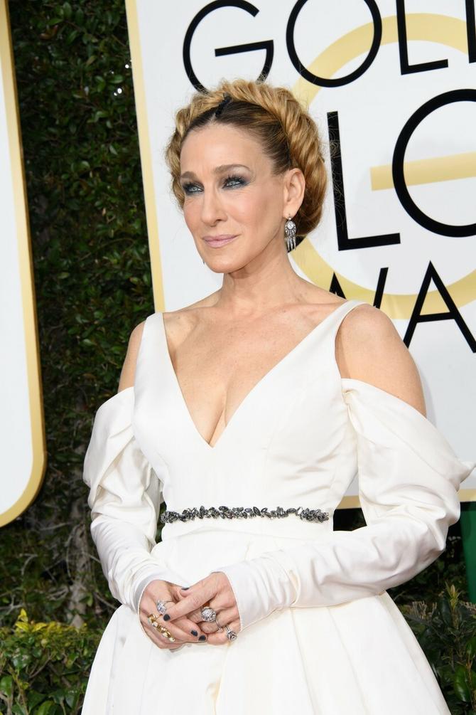 Sara Džesika Parker izabrala je neobičnu, starinsku frizuru koja je bila pun pogodak uz ovu belu haljinu