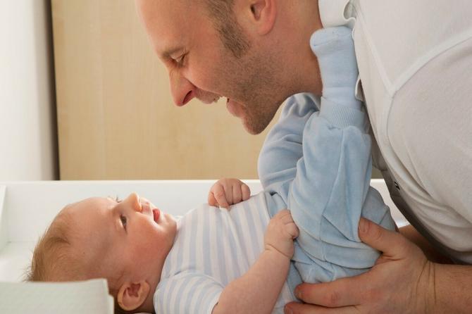 Roditelji u Švedskoj posle dolaska bebe dobijaju 480 dana bolovanja: Kako to vreme koriste TATE?