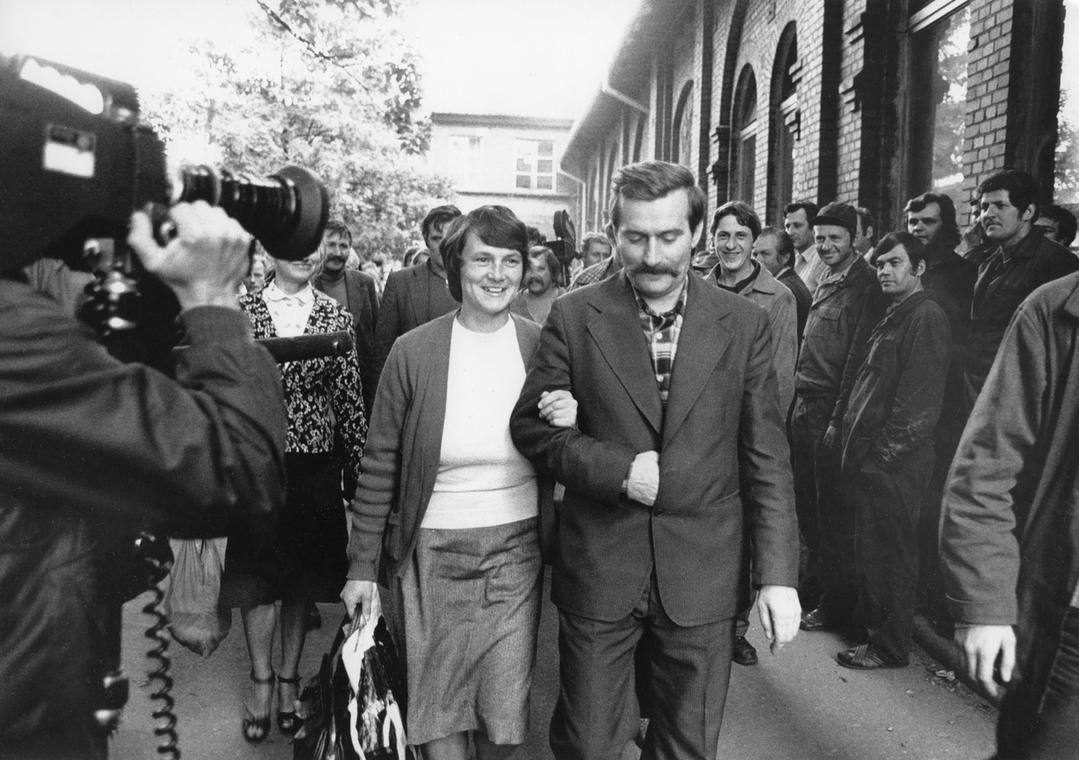 Lech Wałęsa i Danuta Wałęsa przed bramą główną stoczni dzień po podpisaniu porozumień sierpniowych, Gdańsk 1980 r.
