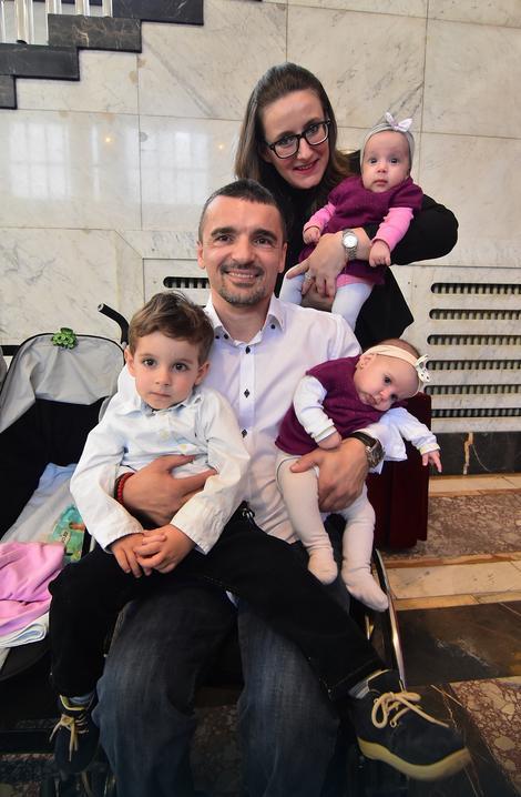 Mitar Palikuća sa porodicom u Vladi Vojvodine prilikom promocije programa subvencionisanja veštačke oplodnje