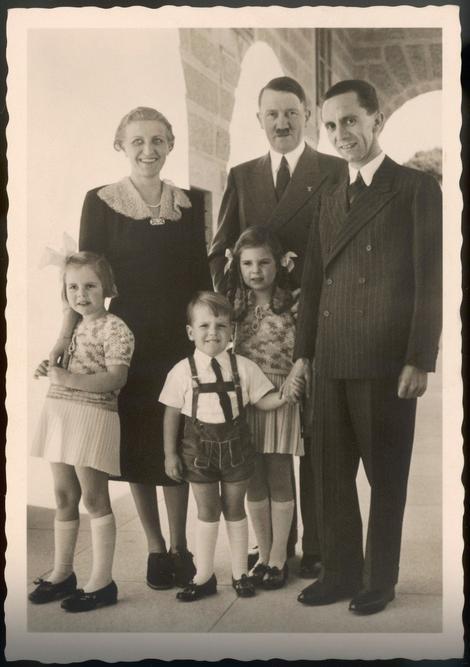 Gebels sa ženom Magdom i Adolfom Hitlerom i decom u Kelštajnu