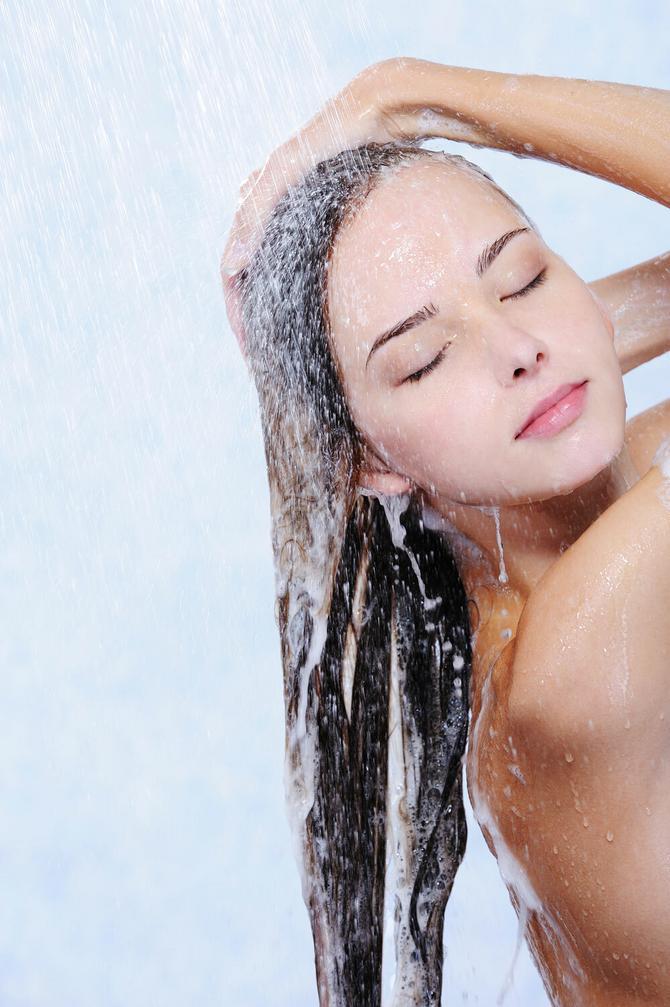 Kažu da regenerator treba da stavljamo pre šampona! Ali, da li je to zaista pravi način?