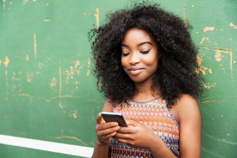Girl texting(Fortune)
