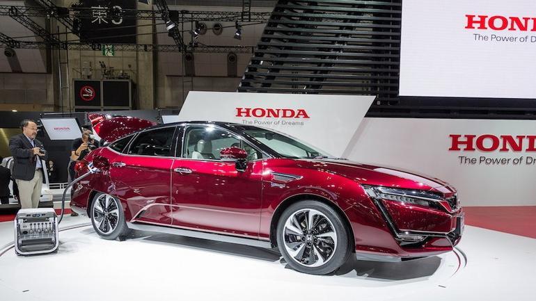 honda clarity fuel cell wodorowa limuzyna na salonie w