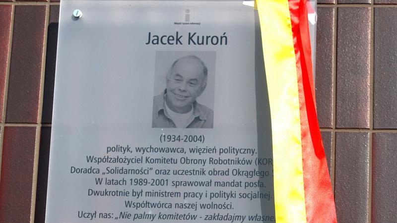 Tablica na pl. Jacka Kuronia w Warszawie