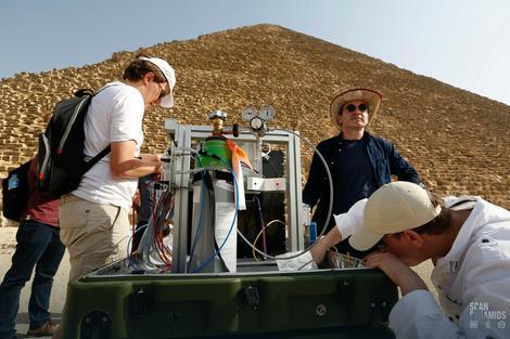 Naučnici sa detektorom kosmičkih čestica i zraka