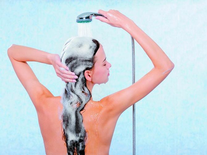 Šampon sa nevenom čuda čini za kosu, a uz OVAJ trik će uvek biti blistava