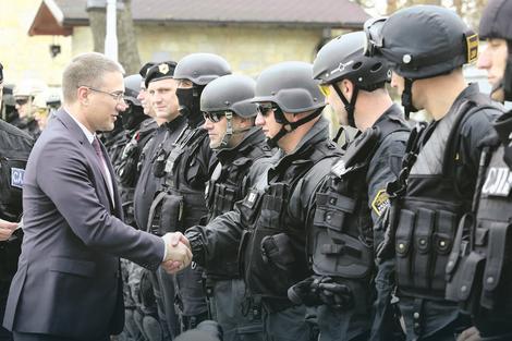Προσπαθούμε να ενισχύσουν τη δύναμή τους και τη χώρα τους, όχι μόνο στρατιωτικά, αλλά και οικονομικά, πολιτικά