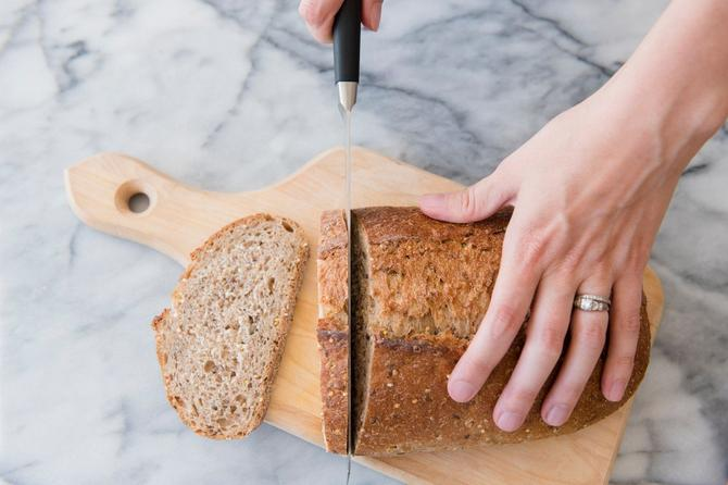 Pogrešan način sečenja hleba izgleda baš ovako