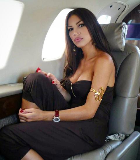 LUKSUZNO! Ova voditeljka ima novca da leti PRIVATNIM avionom