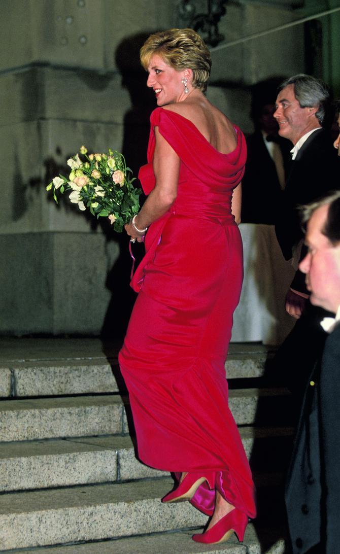 Crvena večernja haljina od svilenog krepa ušla je u istoriju