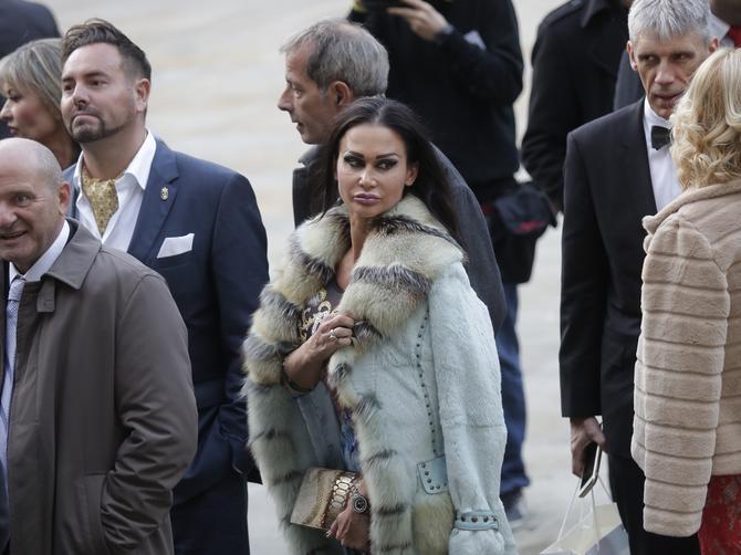 FIJASKO na srpskom prinčevskom venčanju: Gore je obukla bundicu, a kad vidite šta je obula