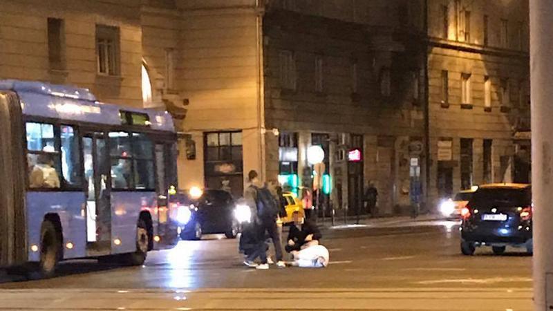 Percekig fetrengett fájdalmában a budapesti gázolás áldozata – fotók
