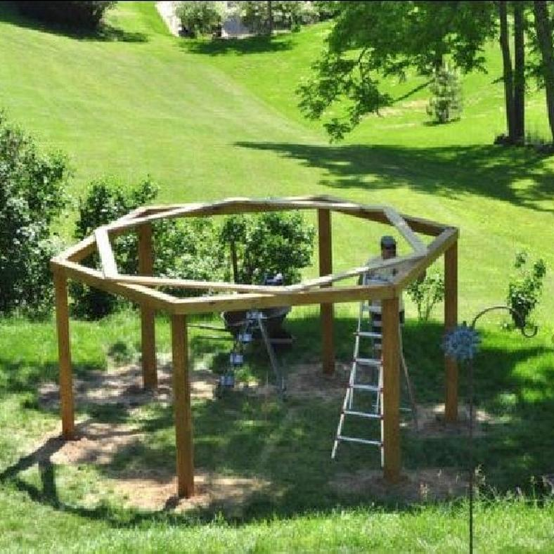 6 faoszlopot rak le a kertben azt n olyasmit p t amit for How to build a swing set for adults