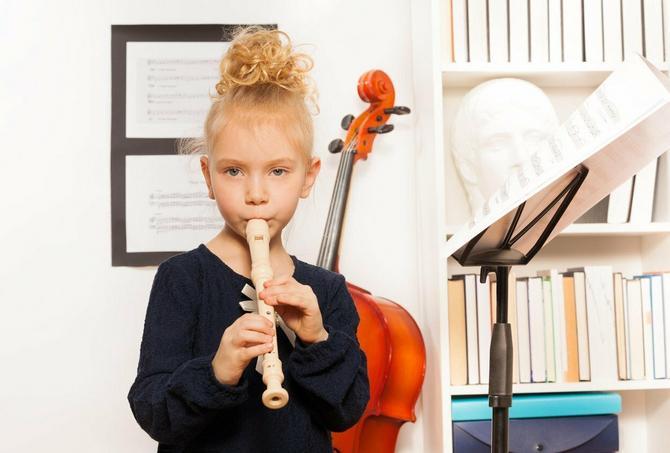 Za uzrast od pet godina i više preporučuje se blok flauta, klavir i violina