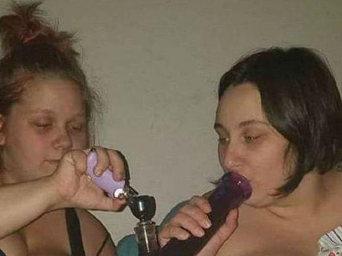 Mlada majka šokirala slikom na kojoj puši marihuanu. Kad vidite šta radi njeno TEK ROĐENO dete, PRIPAŠĆE VAM MUKA!