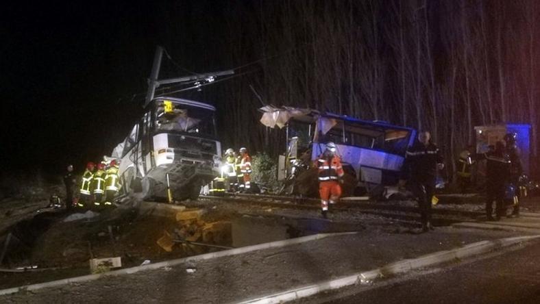 Iskolabusszal ütközött egy vonat: legalább egy halálos áldozat van