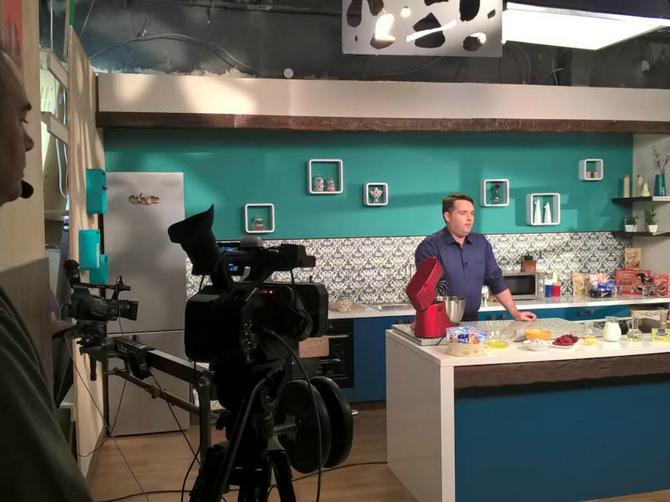 """Ljubavna afera u studiju Kitchen TV: Počelo snimanje serijala """"Sa slatkim na ti"""""""