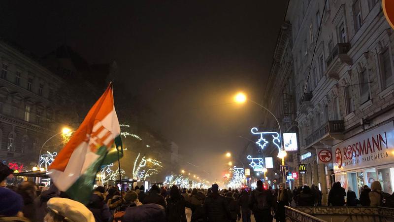 Tüntetés: Tüntetés: A Tömeg Elindult A Parlamenthez