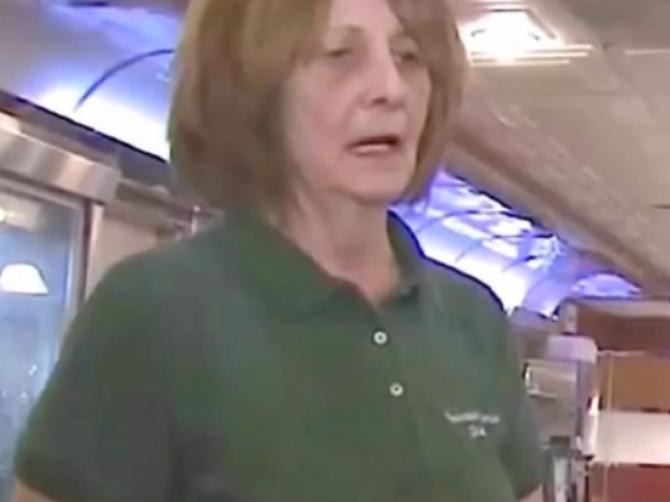 Ova konobarica se NIKADA NIJE SMEJALA, i to je zasmetalo mušteriji: Onda je saznao PRAVI RAZLOG za to i uradio NEVEROVATNU STVAR
