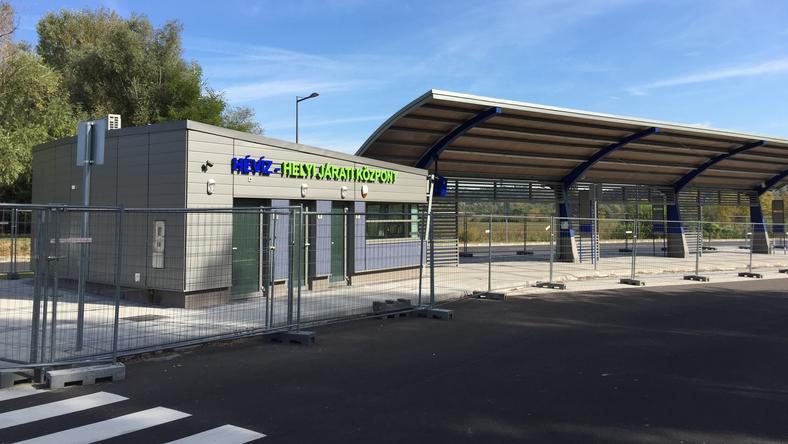 A két éve épült új állomáson csak a fű nő, busz és utas még sosem járt ott