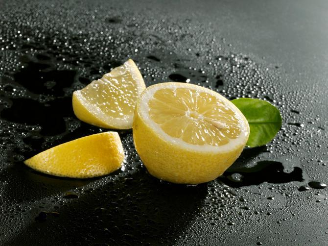 Sve više ljudi spava sa posoljenim limunom pored glave: Ovo je razlog!