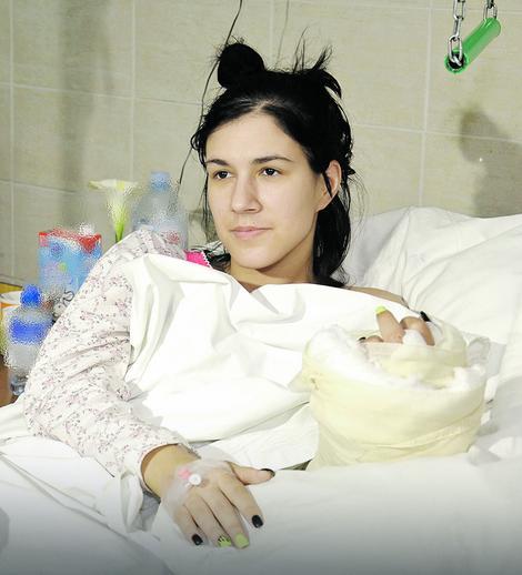 Pred Katarinom je dug oporavak, ali ona već sada, nedelju dana posle operacije, oseća prste