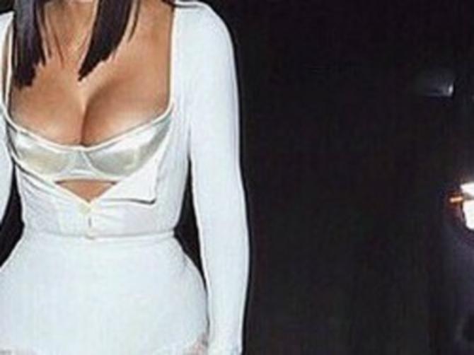 Kad se usudila na ovakav dekolte, zamislite kakav je modni fijasko na donjem delu slike